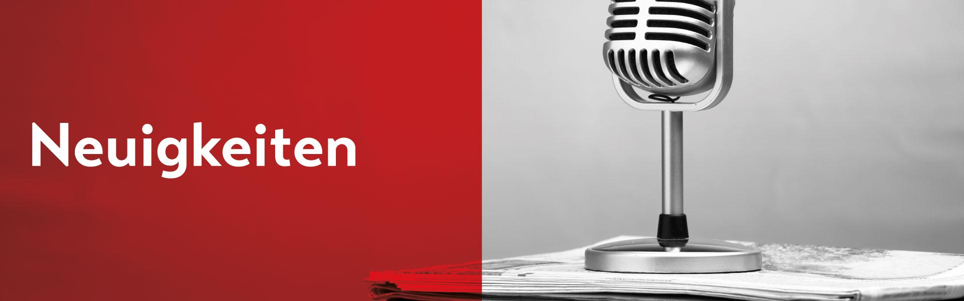"""Ein altes Mikrophone ist auf einem Stapel Zeitung auf der rechten Seite des Bildes gestellt. Der Hintergrund ist ausgegraut. Die linken Hälfte des Bildes ist in rot eingefärbt mit dem mittigen Titel """"Neuigkeiten""""."""