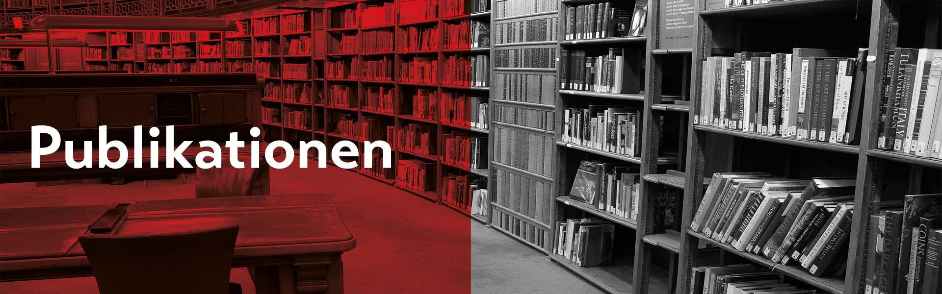 """Die linke Seite des Bildes ist rot eingefärbt mit dem Titel """"Publikation"""". Im Hintergrund sieht man eine alte  Bibliothek mit zwei Lesesessel im Vordergrund und einer weitläufige Bücherwand."""