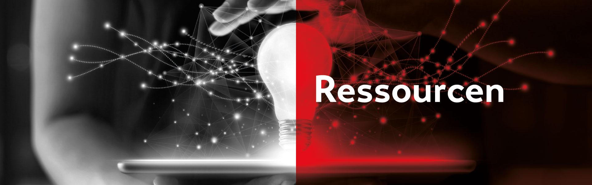 Das Bild ist stilisch in Schwarz weiß gehalten und die rechte in Rot eingefärbt. In der rechten Bildhälfte steht der Schriftzug Ressourcen. Im Hintergrund befindet sich mittig eine große Glühbirne, welche oberhalb von einer Hand ergriffen wird. Viele Funken, die für Innovation und Forschung stehen, sprühen herum.